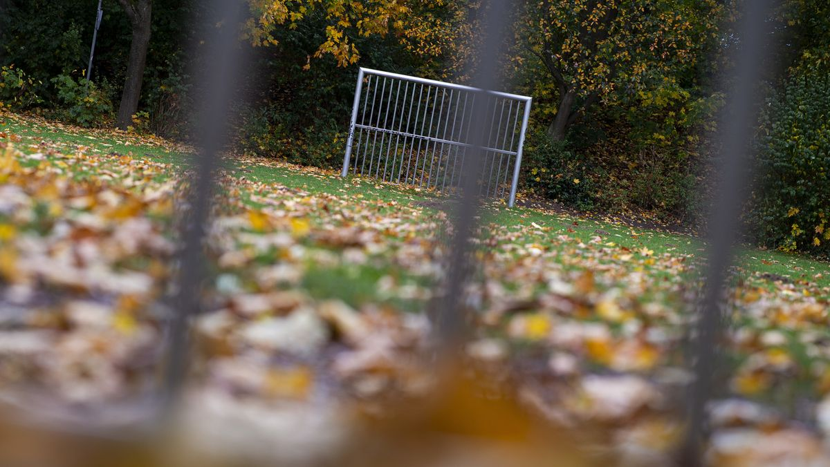 Leerer Fußballplatz im Herbst