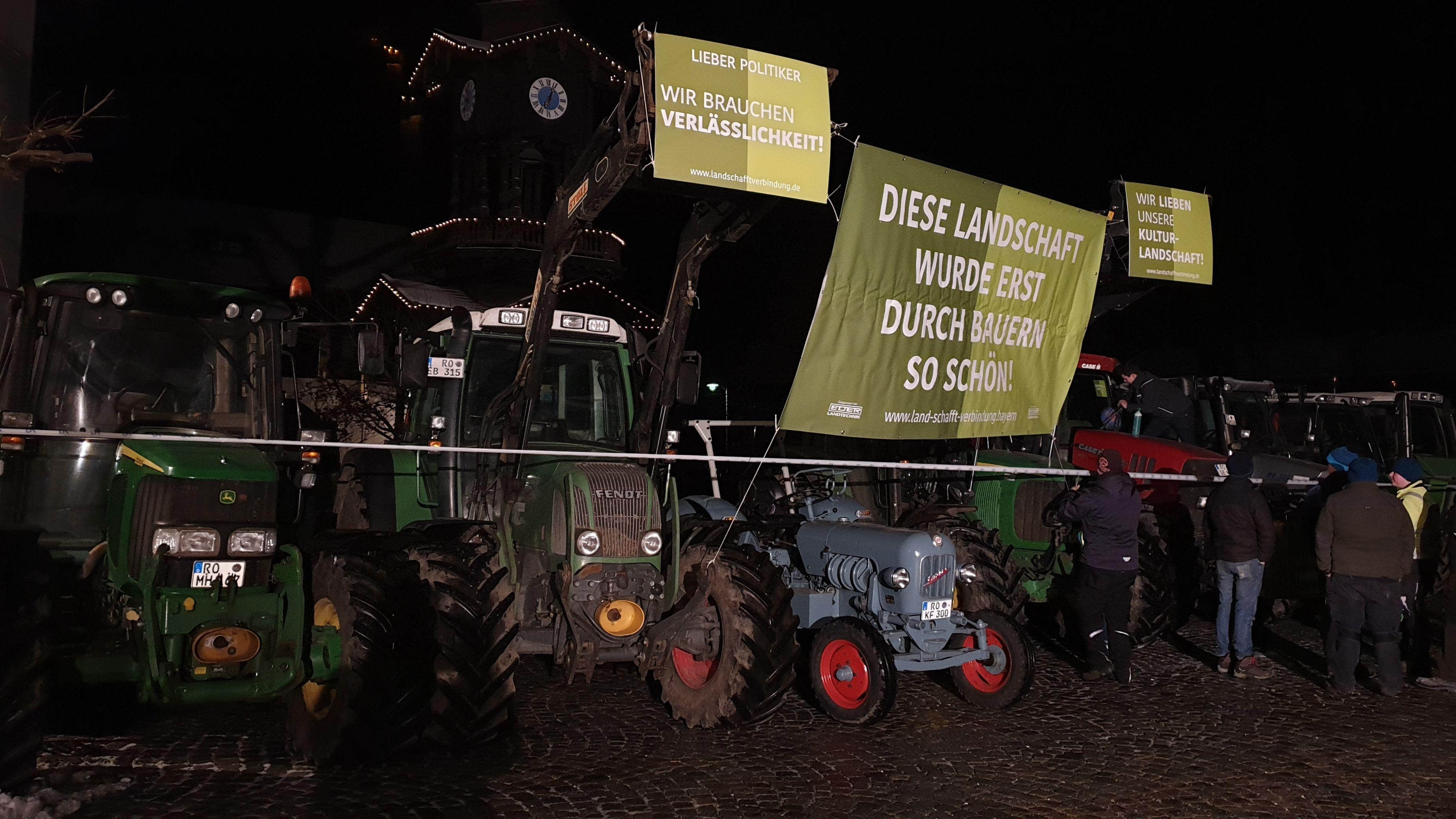 """Protestierende Bauern vor der """"jetzt red i""""-Sendung aus Hohenaschau"""
