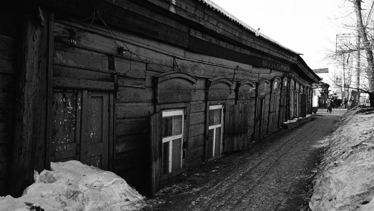 Der Permafrostboden in Sibirien schmilzt und Holzhäuser versinken im Matsch.