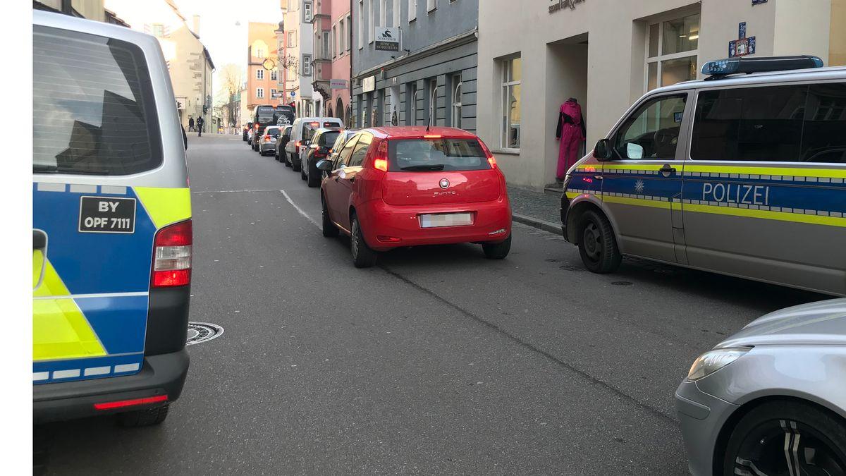 Mehrere Streifenwagen waren am Mittwoch in der Regensburger Altstadt wegen der vermeintlichen Bedrohung unterwegs.