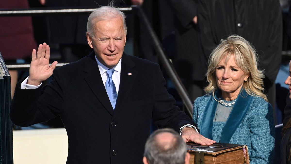 Joe Biden legt seinen Eid ab.