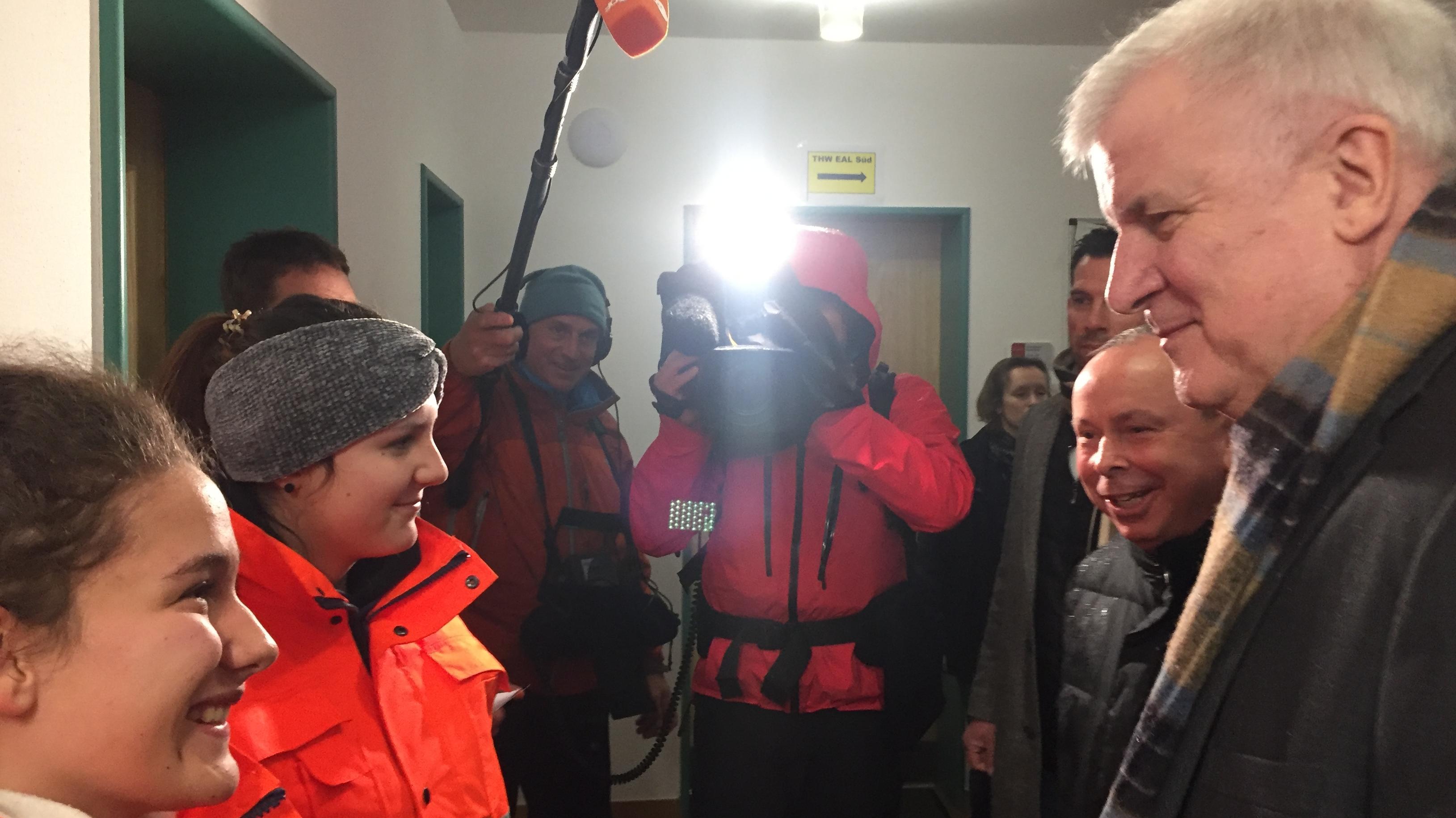 Bundesinnenminister Horst Seehofer spricht in Berchtesgaden mit Einsatzkräften.