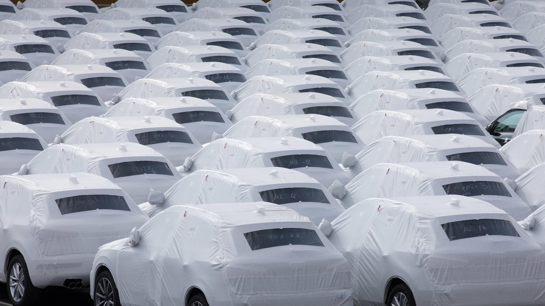 Neuwagen stehen verhüllt auf einem Parkplatz