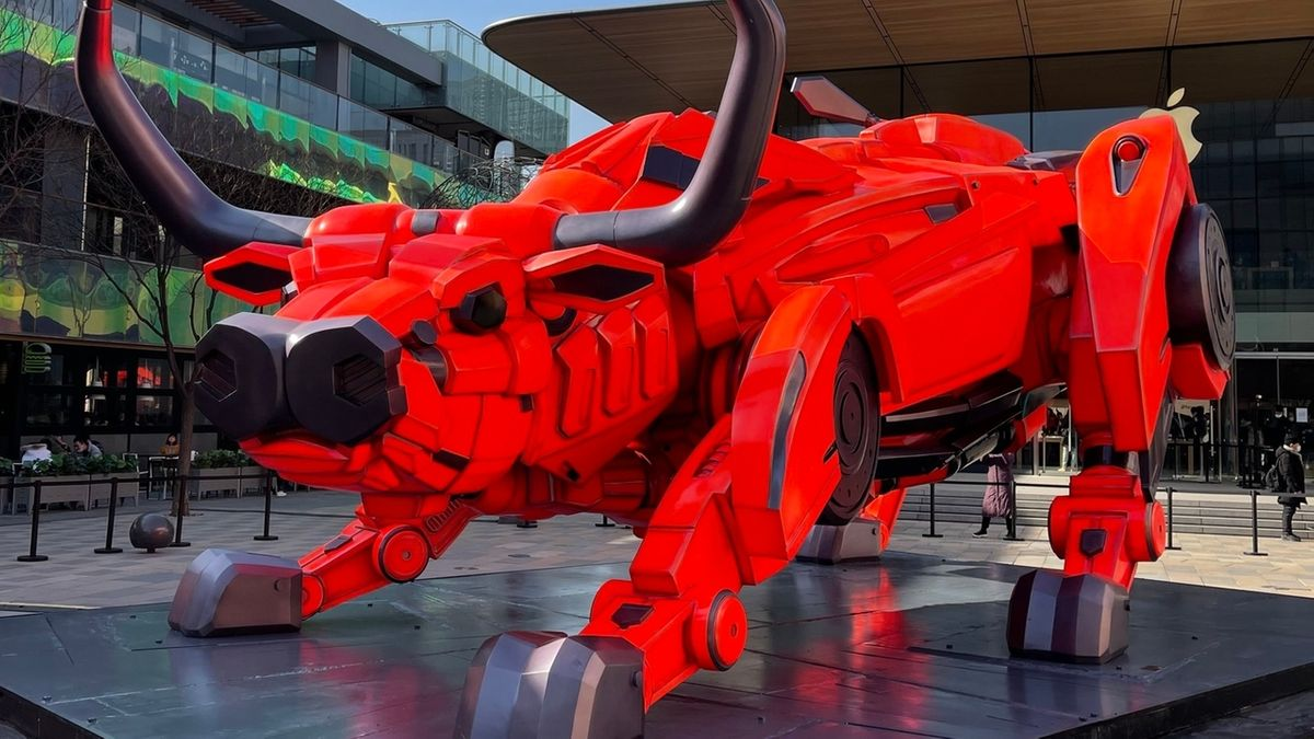 Ein Büffel aus roten Metallteilen.