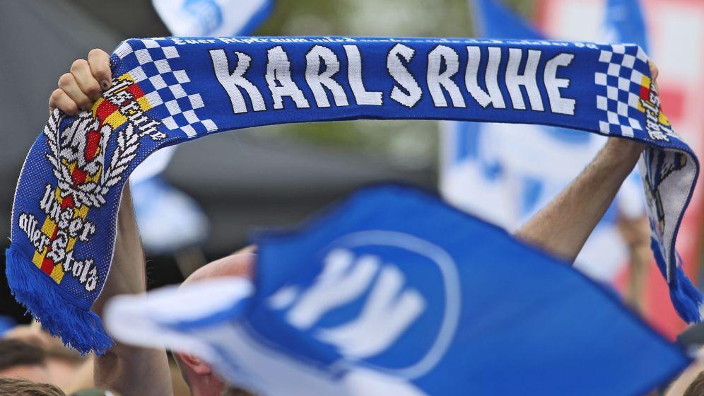 Fanschal des Zweitligisten Karlsruher SC (Symbolbild) | Bild:pa/dpa/Herbert Rudel