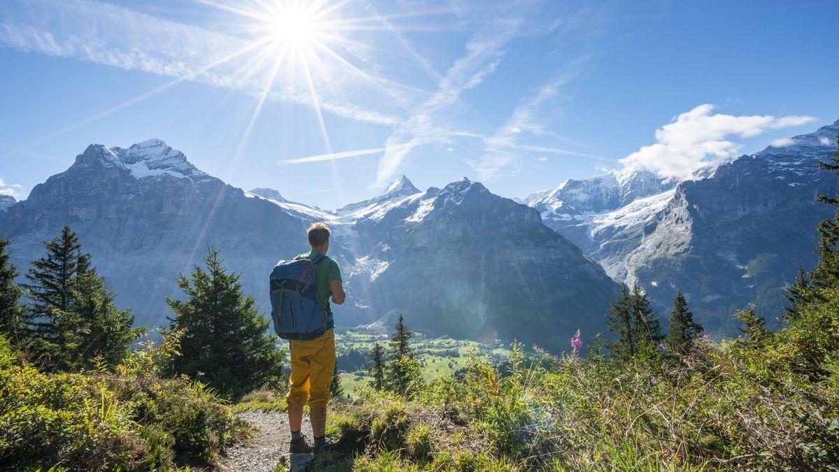 Wanderer vor Bergkulisse (Symbolbild)