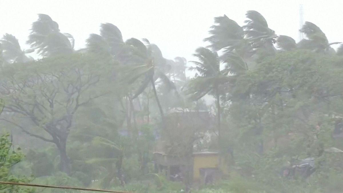 Ein starker Wirbelsturm hat das Festland in Indien und Bangladesch mit viel Wind und Regen erreicht. Bäume knickten um, Häuser wurden zerstört.