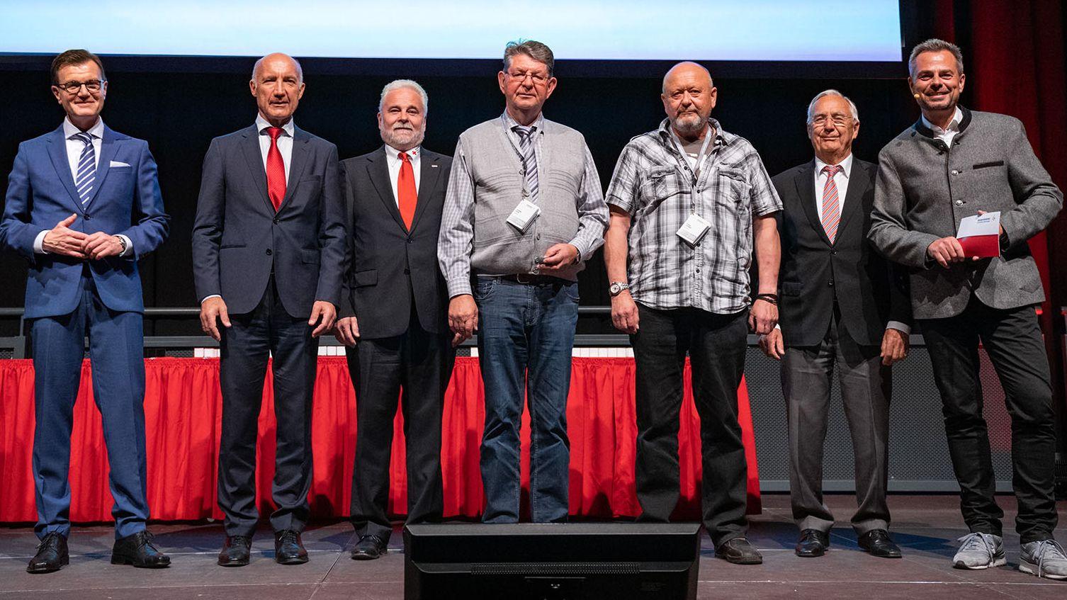 Eine großartige Lebensleistung der Spender: Errol Hümmer (3.v.l.) und Johann Dorn (Mitte) stehen mit Ihren Gratulanten auf der Bühne. Im Hintergrund ist die Zahl 200 groß zu sehen.