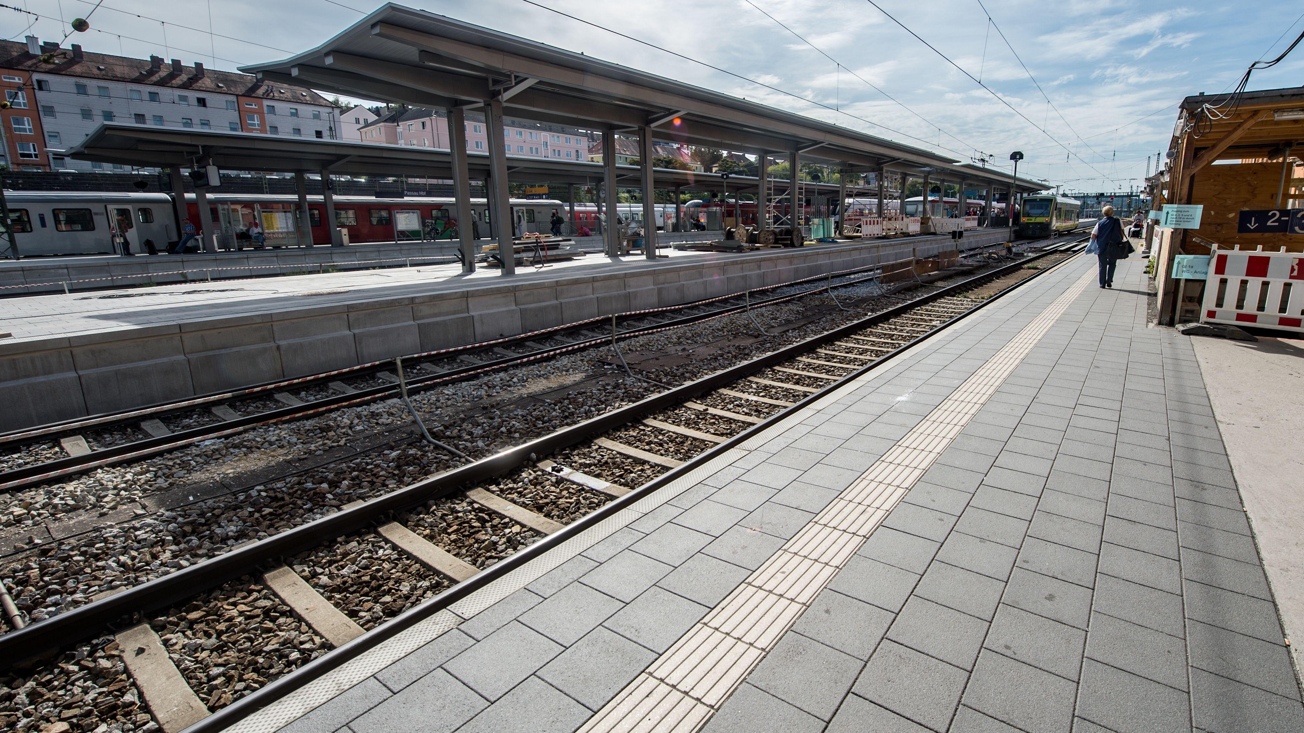 Ein Bahnsteig am Bahnhof in Passau.