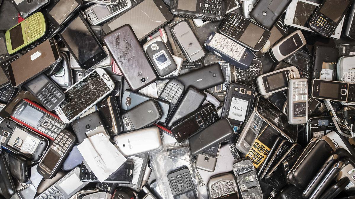 Ausrangierte Smartphones dürfen nicht in den Hausmüll.