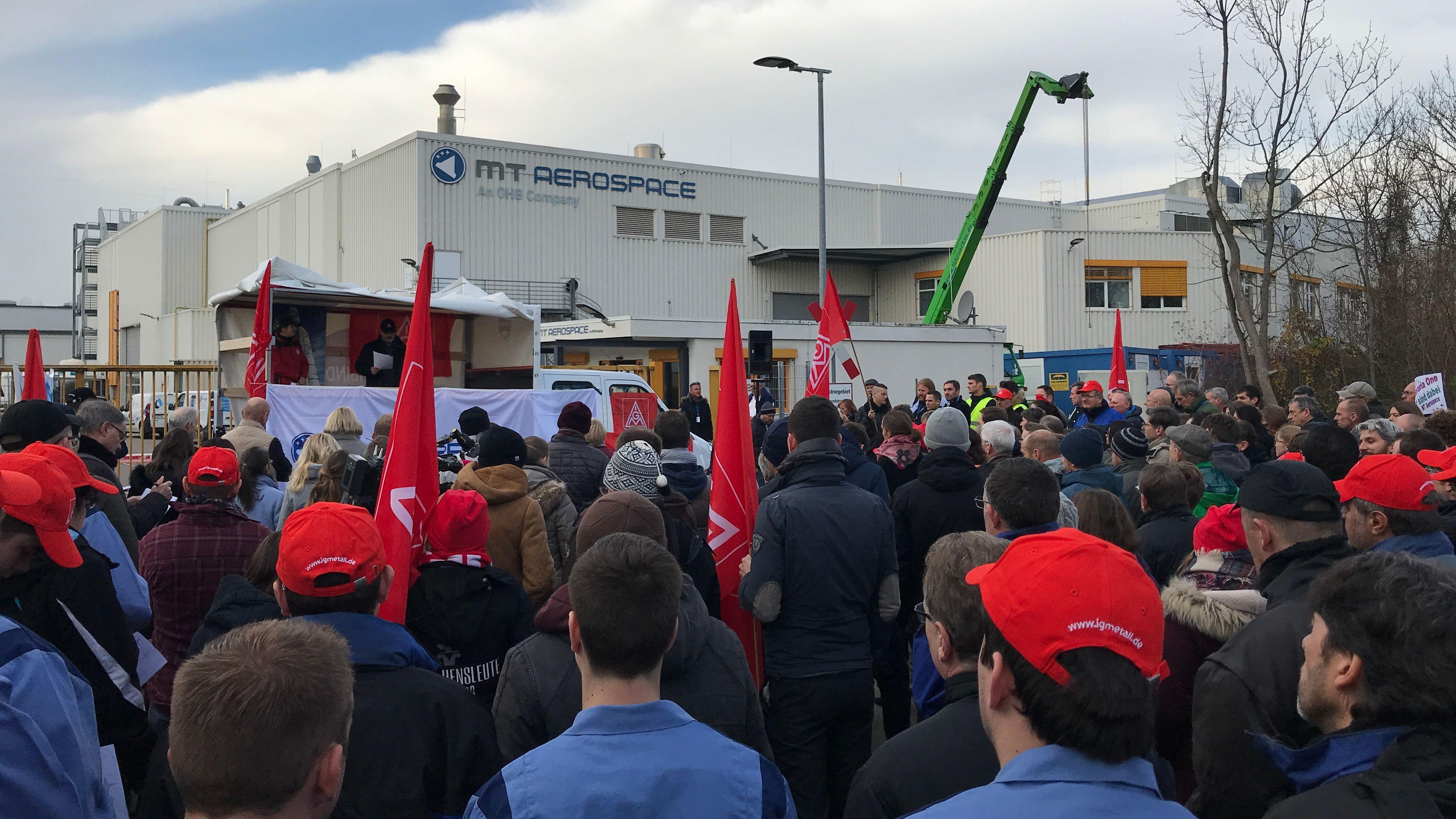 Kundgebung vor dem Augsburger Werk von MT Aerospace