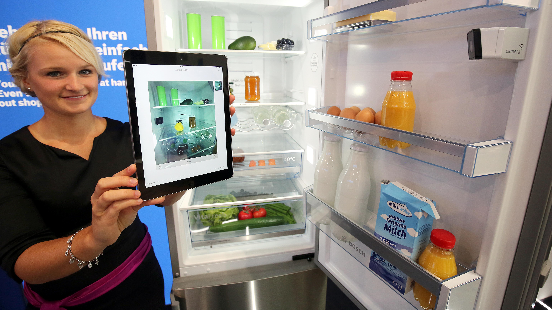Eine Hostess präsentiert am 04.09.2015 auf der IFA in Berlin einen Kühlschrank von Bosch, der per eingebauter Kameras den Inhalt mittels einer App auf ein Tablet oder Smartphone verschickt.
