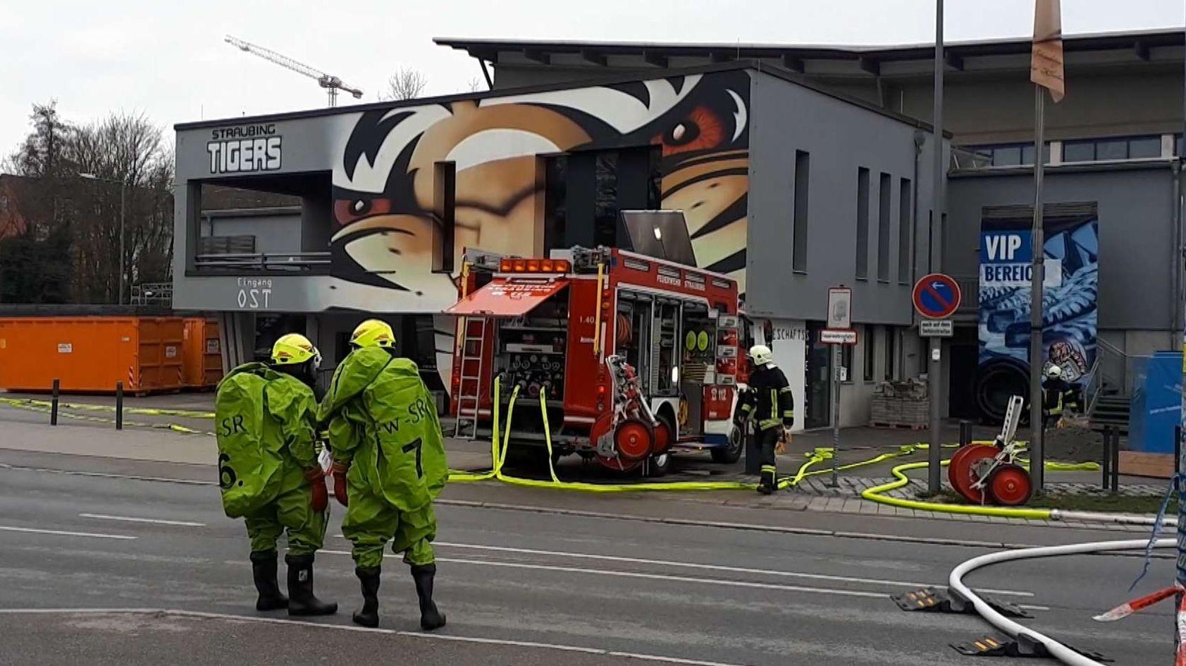 Einsatzkräfte der Feuerwehr vor dem Straubinger Eisstadion