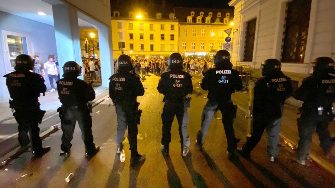 Polizisten stehen in der Augsburger Innenstadt, wo sich Menschen zum Feiern versammelt haben (Archivbild).