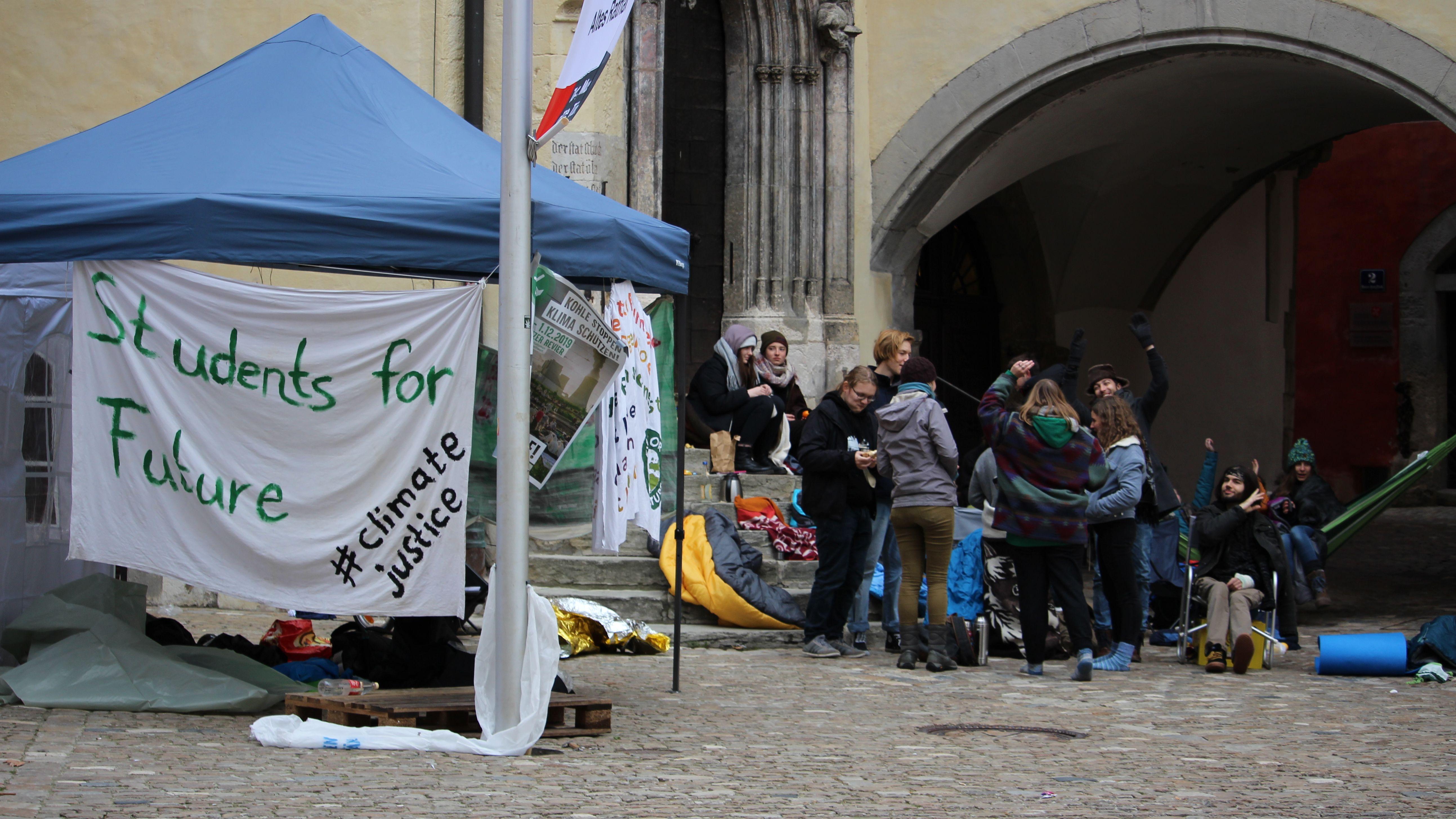 20 Schüler und Studenten haben vor dem Alten Rathaus gezeltet.