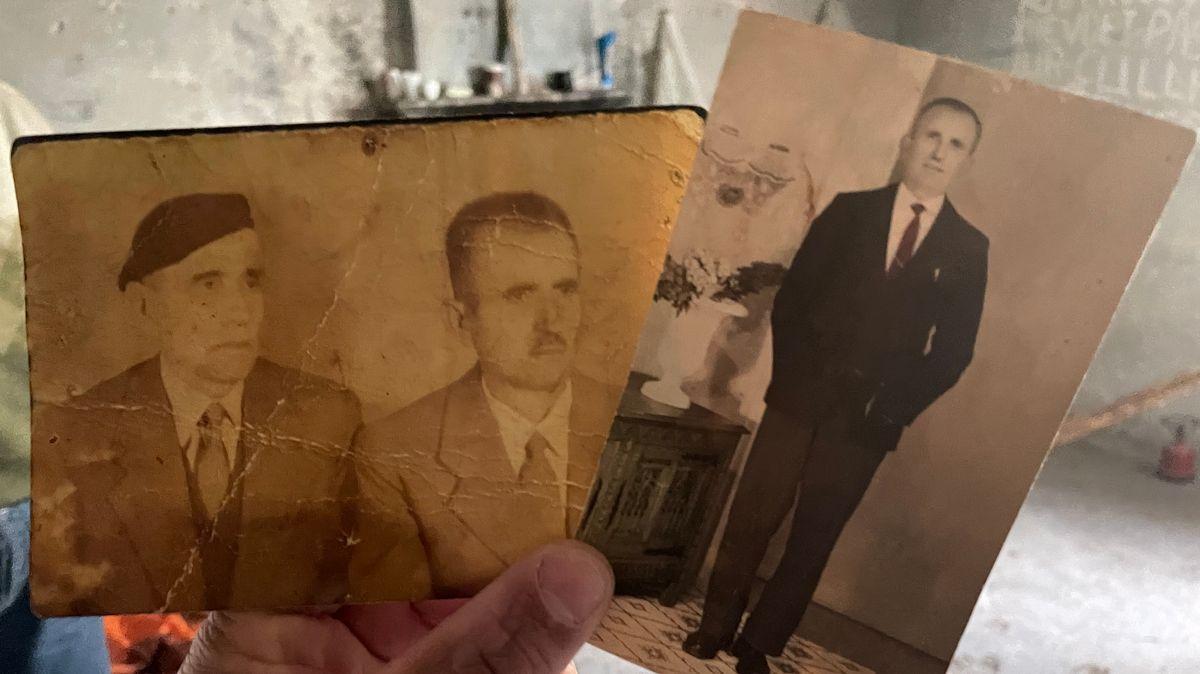 Ilir Çullhaj zeigt seinen Vater und seine zwei Onkel, die verhaftet waren. Die Fotos hat er zum Hungerstreik mitgenommen.