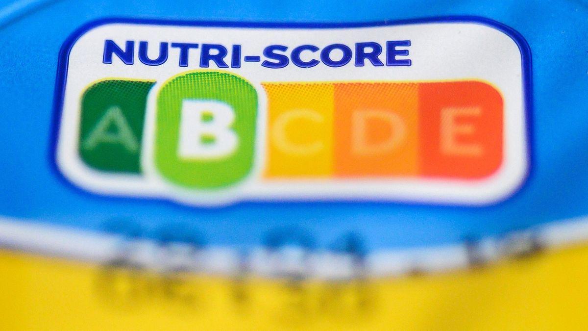 Auf einer Packung Joghurt ist der sogenannte Nutri-Score zu sehen. Mit dem aus Frankreich stammenden System sei auf einen Blick zu erkennen, wie ausgewogen oder unausgewogen verarbeitete Lebensmittel sind, sagt die Verbraucherorganisation Foodwatch.