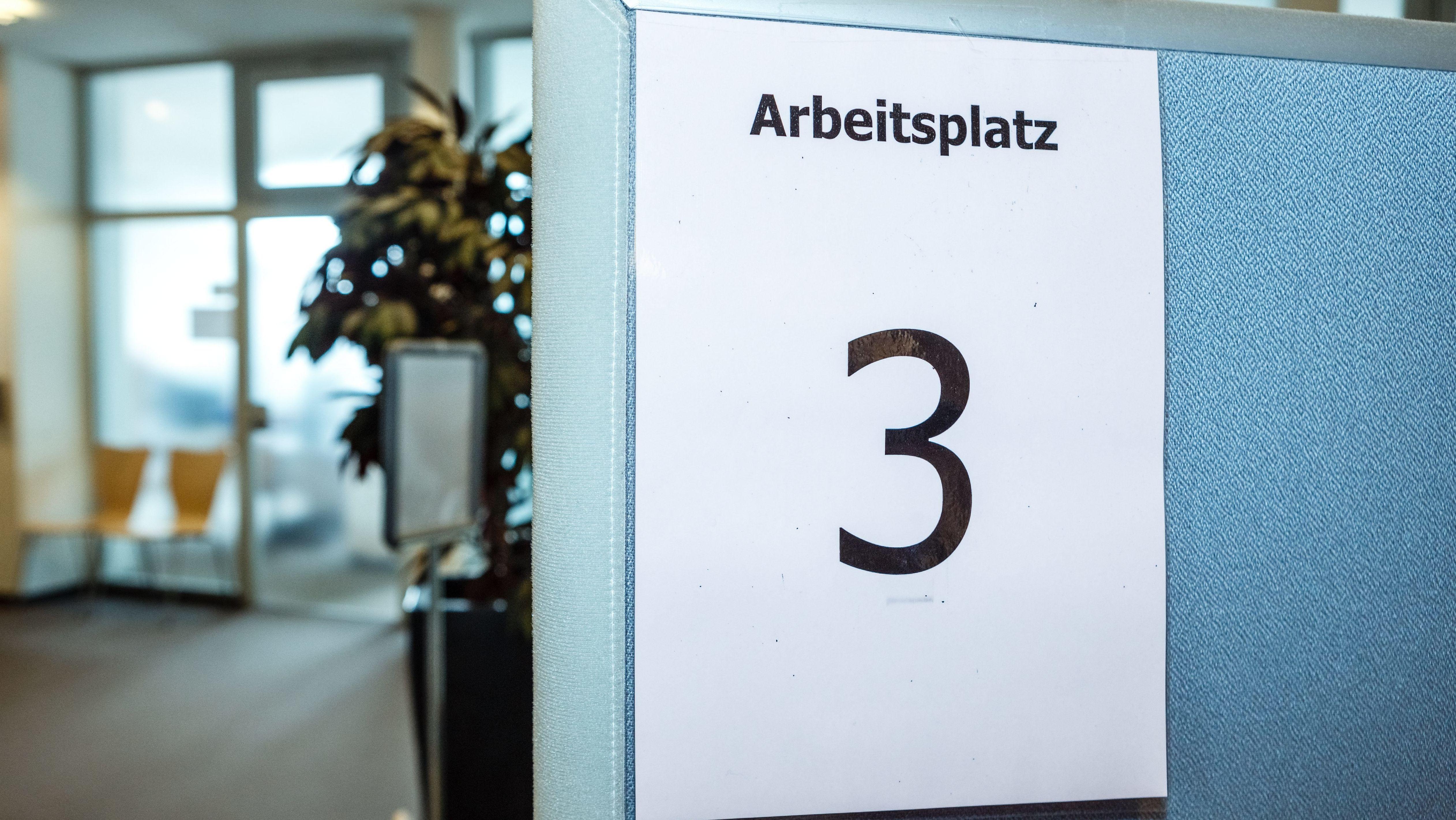 Archivbild: Arbeitsplatzkennzeichnung im Einwohnermeldeamt