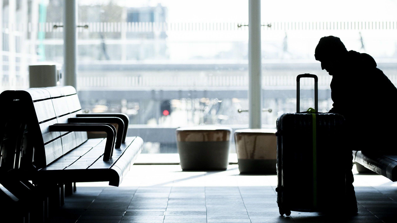Reisender wartet auf einem Bahnhof