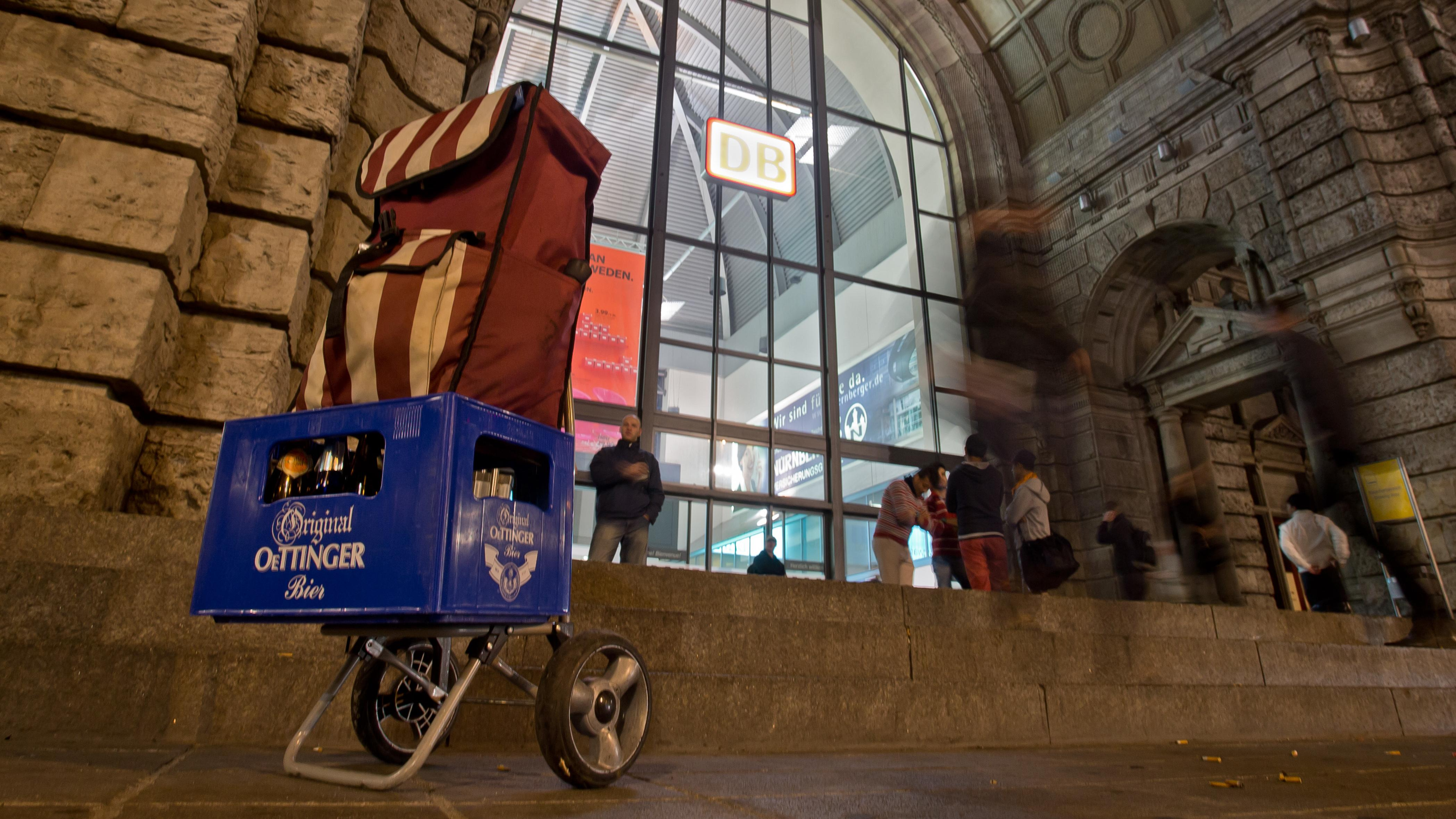 Ziehwagen mit einem Kasten Bier vor dem Nürnberger Hauptbahnhof