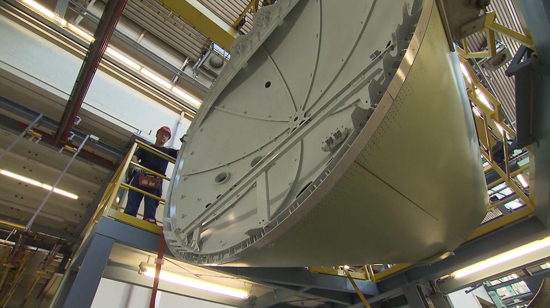 Ein Arbeiter in der Fertigungshalle bei Premium Aerotec in Augsburg