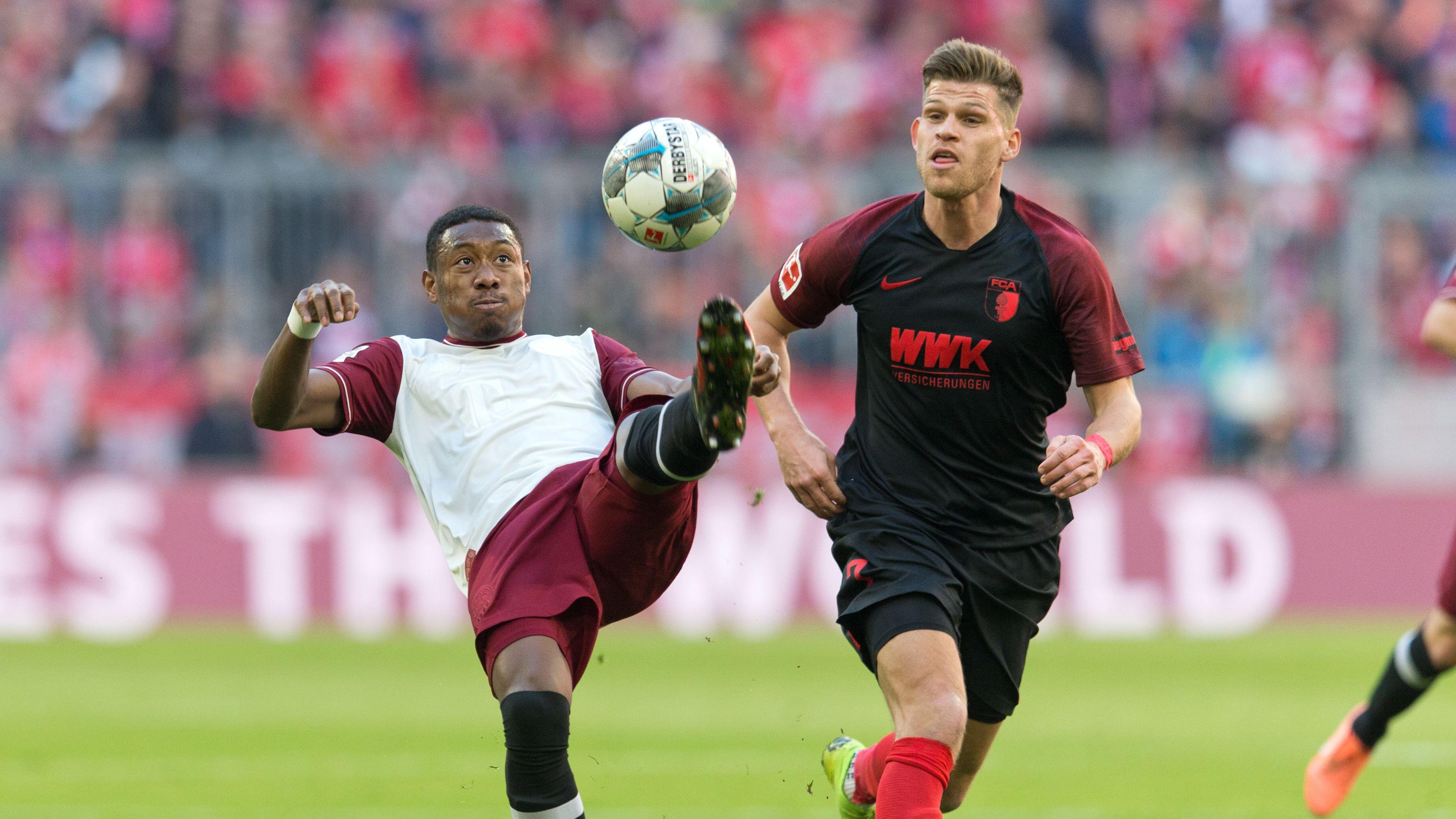 Bayern-Profi David Alaba im Zweikampf mit Augsburgs Florian Niederlechner