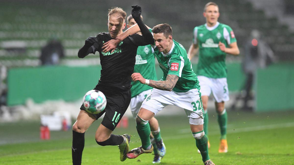 Pokal-Achtelfinale im Weserstadion: Werders Marco Friedl (rechts) kämpft gegen Fürths Havard Nielsen um den Ball.