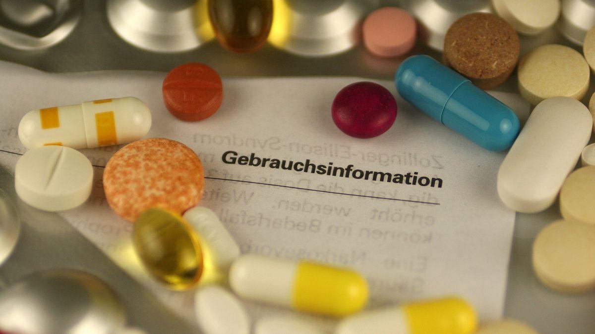 Symbolbild: Tabletten und Gebrauchsinformation