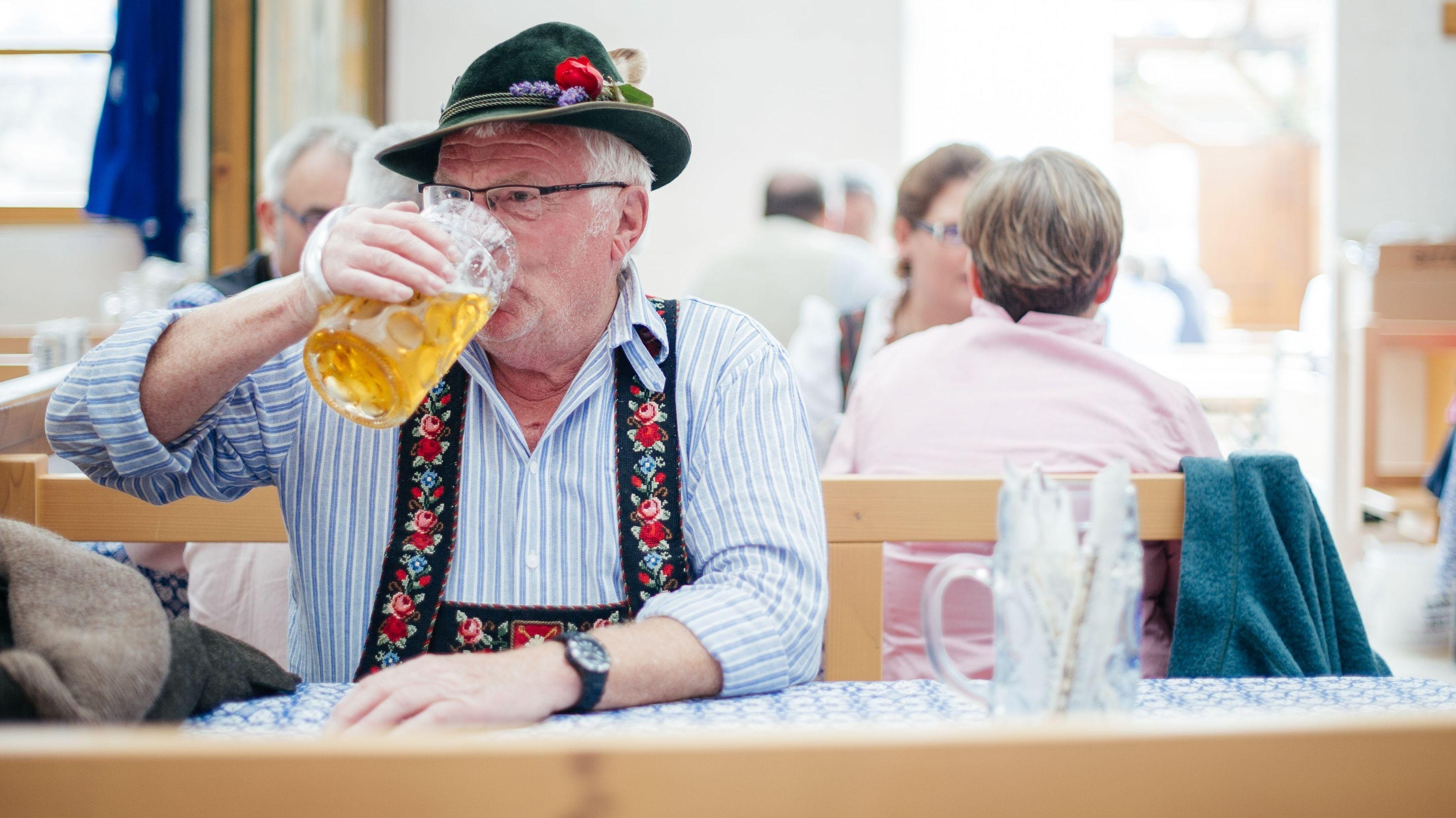 Ein Mann mit Maßkrug auf dem Oktoberfest - Symbolbild