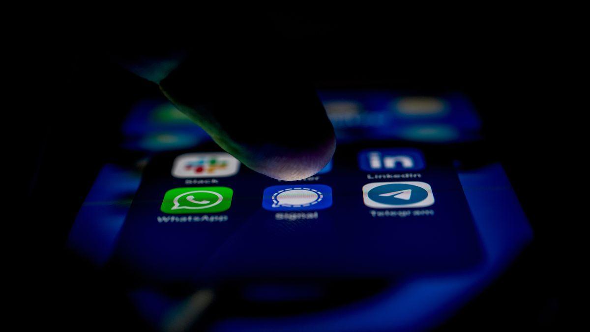 Die App-Logos für die Messenger WhatsApp, Signal und Telegram auf einem iPhone (Symbolbild)