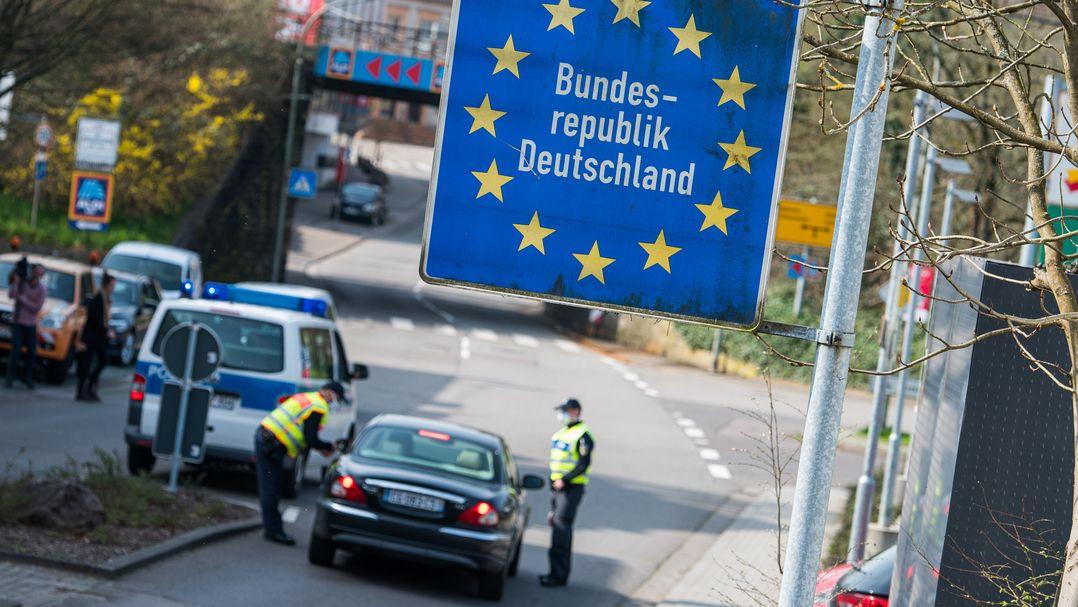 Archiv: Beamte der Bundespolizei kontrollieren ein französisches Fahrzeug