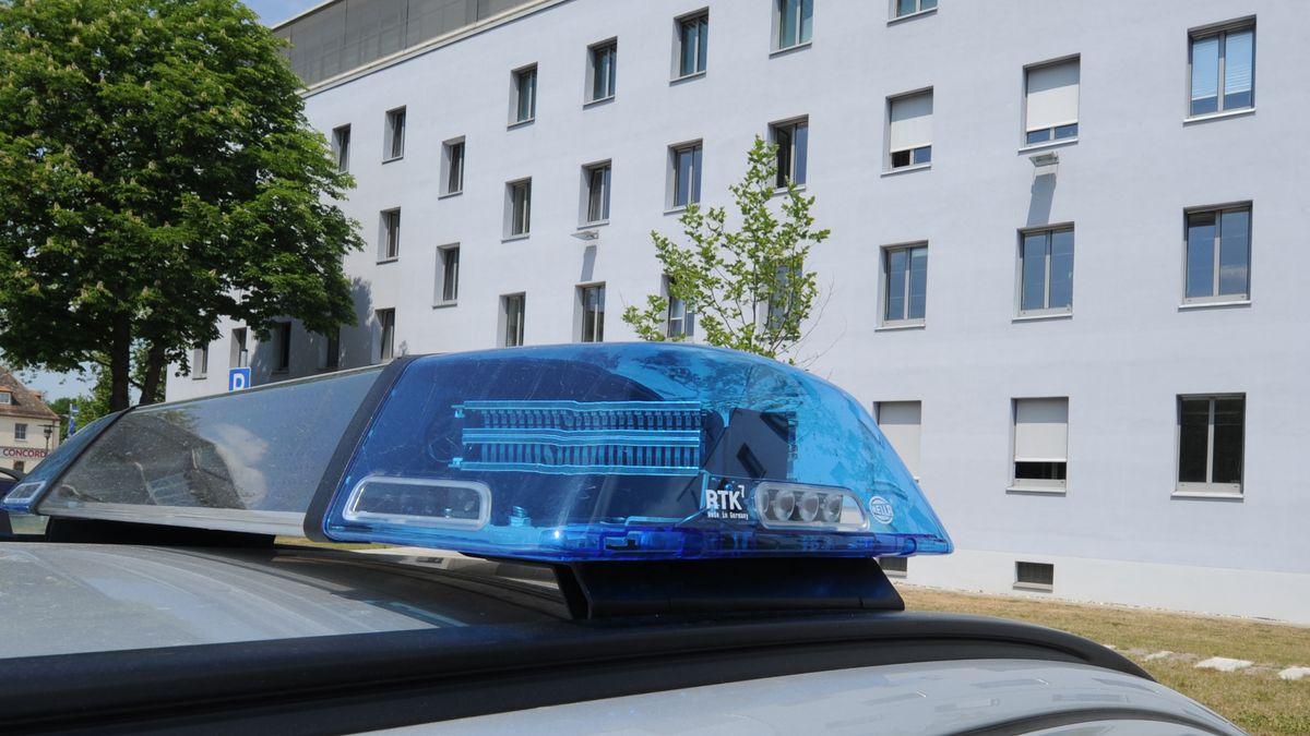 Ein Polizeiauto vor dem Polizeipräsidium Oberpfalz in Regensburg.
