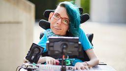 Melanie Eilert - Gamingexpertin - sitzt im Rollstuhl und weist darauf hin, dass Charakter mit Behinderung in Computerspielen meist Klischees bedienen.   Bild:Anna Spindelndreier I Gesellschaftsbilder.de