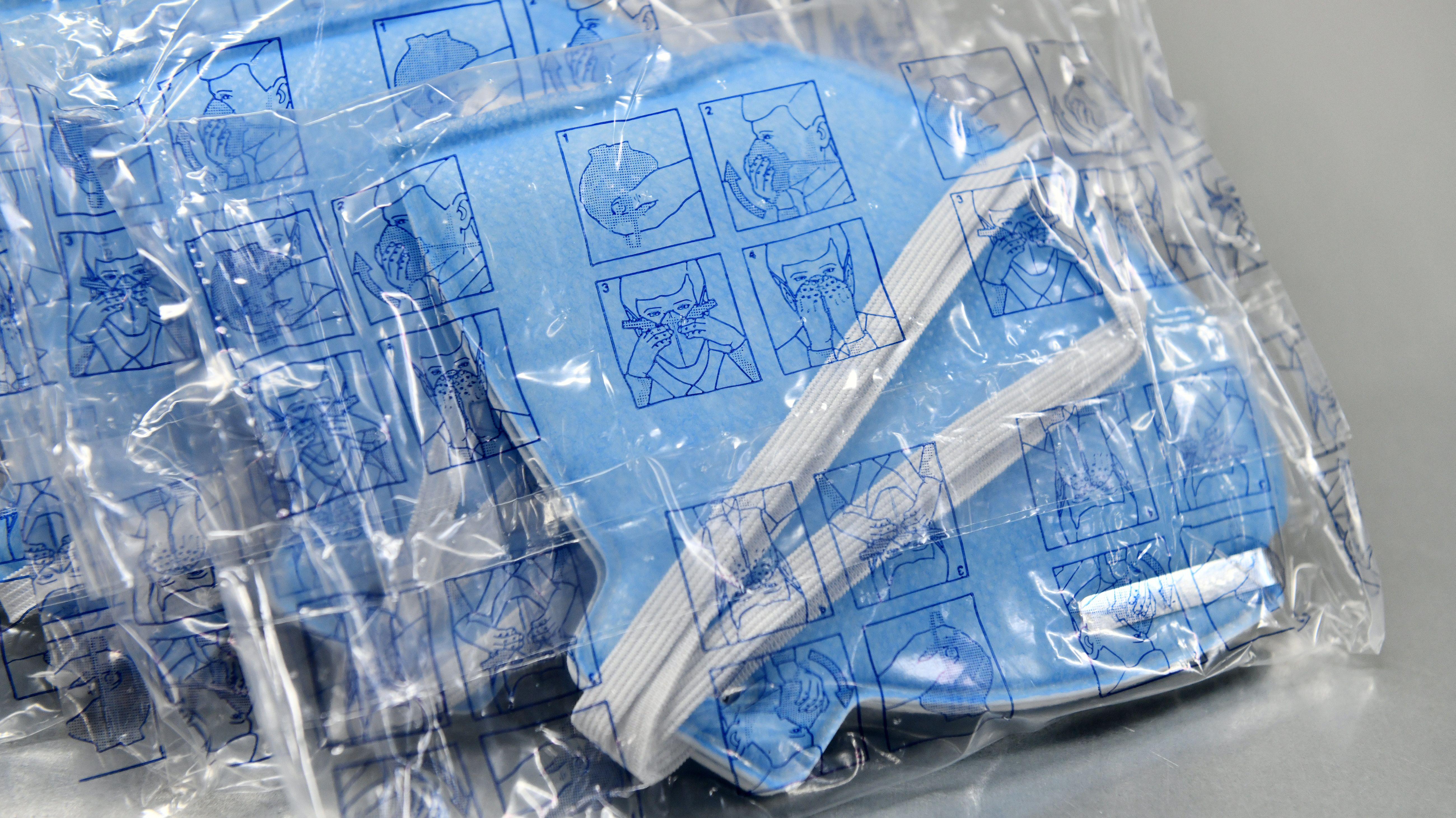 In Plastikfolie verpackte Atemschutzmasken