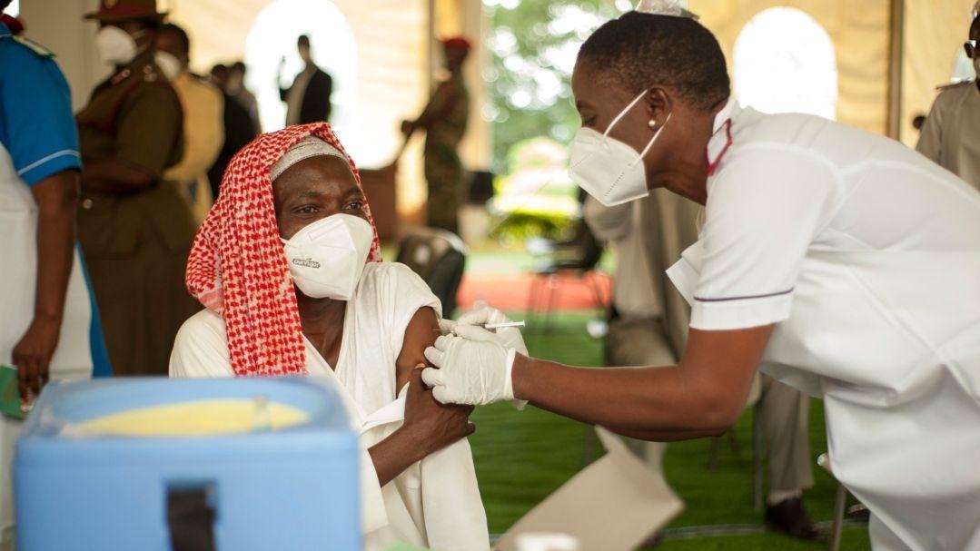 Malawi, Zomba: Ein Anwohner wird gegen Covid-19 geimpft