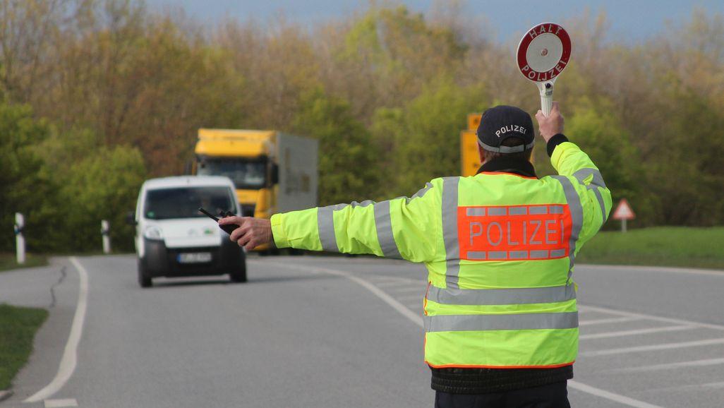 Polizist bei einer einer Kontrolle