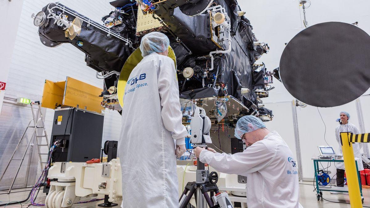 Das undatierte Handout-Foto zeigt Mitarbeiter des Bremer Satellitenbauers OHB, die am Produktionsstandort in Ottobrunn bei München (Bayern) die Funktionsfähigkeit eines Telekommunikationssatelliten überprüfen.