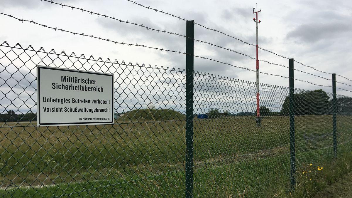 Ein Zaun am Gelände des Militärflugplatzes in Manching.
