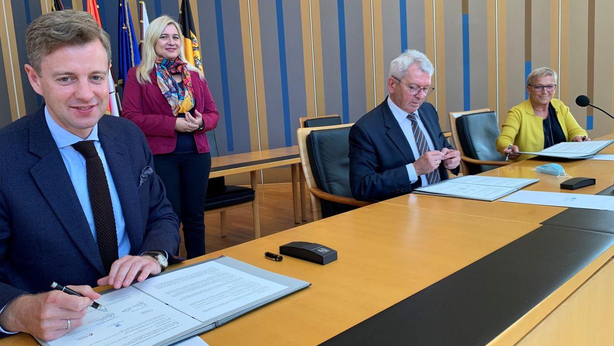 Ministerin Melanie Huml mit den Unterzeichnern (v. li): Hofs Landrat Oliver Bär, Bambergs Landrat Johann Kalb, Forchheims stellvertretende Landrätin Rosi Kraus (alle CSU)