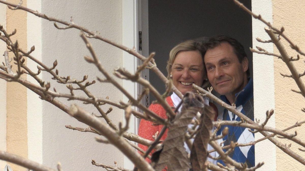Das glückliche Ehepaar lauscht dem Vortrag von Kristina Rothbucher