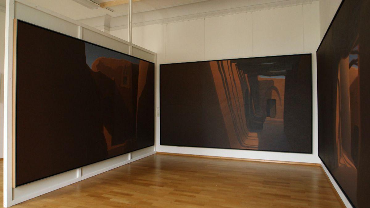 Drei großflächige Bilder von Hartmut Pfeuffer in einem Ausstellungsraum