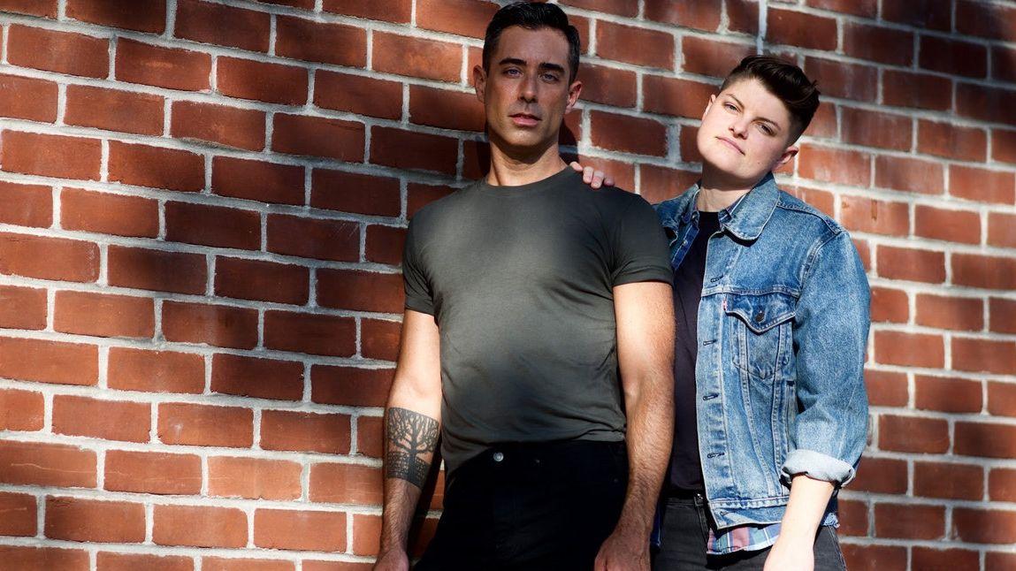 Zwei Männer mit dunklen schwarzen Haaren vor einer Backsteinwand: das Duo Tender Creature aus New York