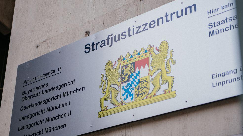Hinweistafel am Strafjustizzentrum in München (Symbolbild)