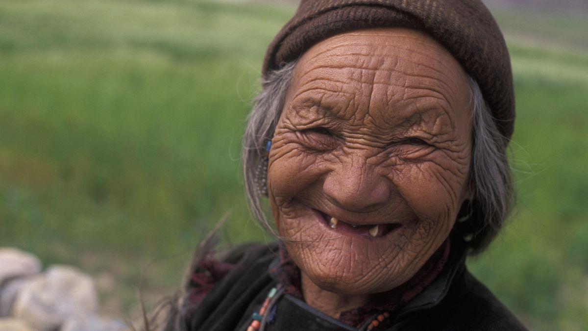 Porträt einer alten Frau mit faltigem Gesicht und wenig Zähnen, Zanskar, Nordindien