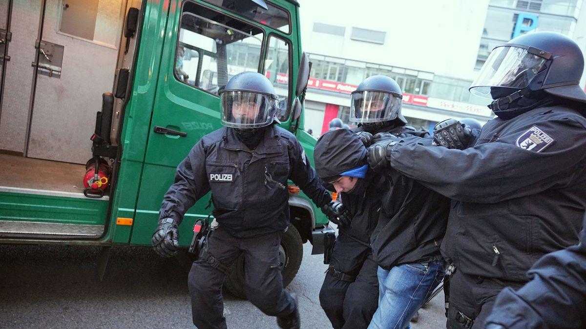 Polizisten nehmen einen Teilnehmer beim Demonstrationszug linker Gruppen in Berlin fest.