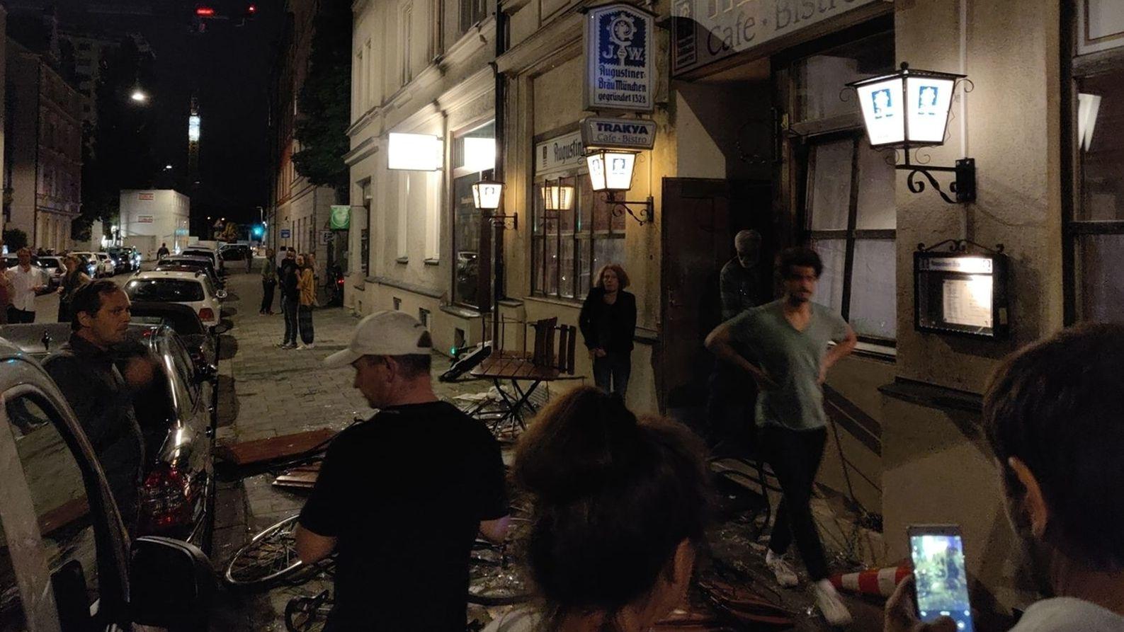 Rund 100 Vermummte haben sich am Freitagabend im Münchner Westend eine Massenschlägerei geliefert. Es waren Fußball-Anhänger.