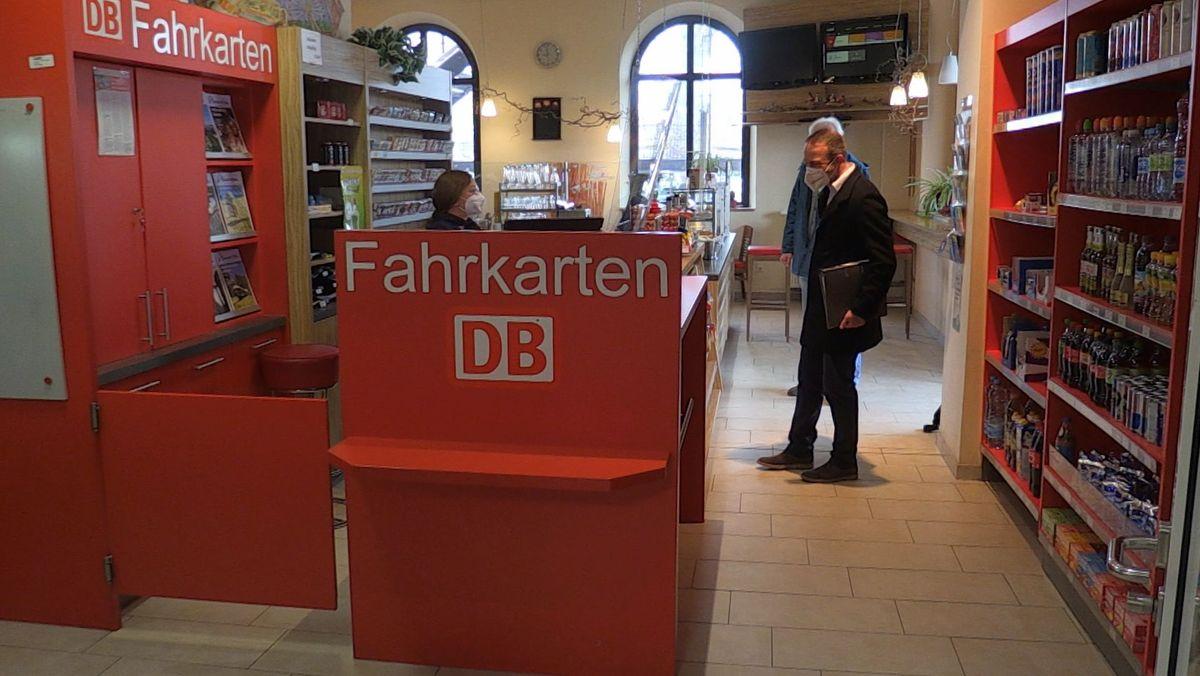 Der Bahnhofskiosk und Ticketverkauf in Dingolfing.