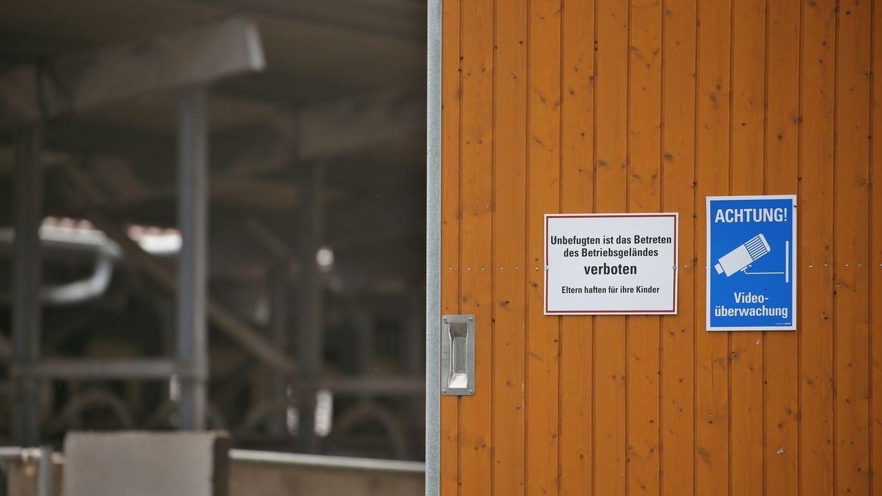 Bad Grönenbach: Schilder, die auf das Verbot zum Betreten des Geländes und auf Videoüberwachung hinweisen, sind an der Einfahrt eines landwirtschaftlichen Großbetriebes angebracht. Die Staatsanwaltschaft ermittelt gegen den Betreiber des Hofes wegen Tierquälerei.
