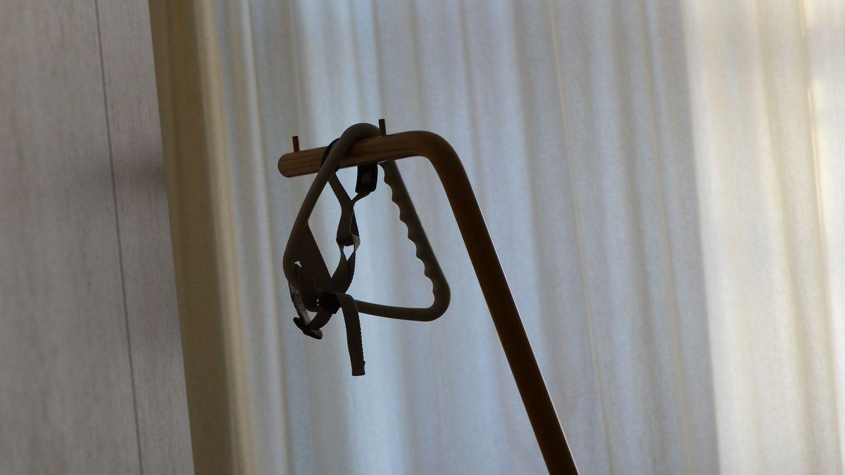 Ein Triangelgriff an einem Pflegebett in einem Seniorenpflegeheim; Symbolbild