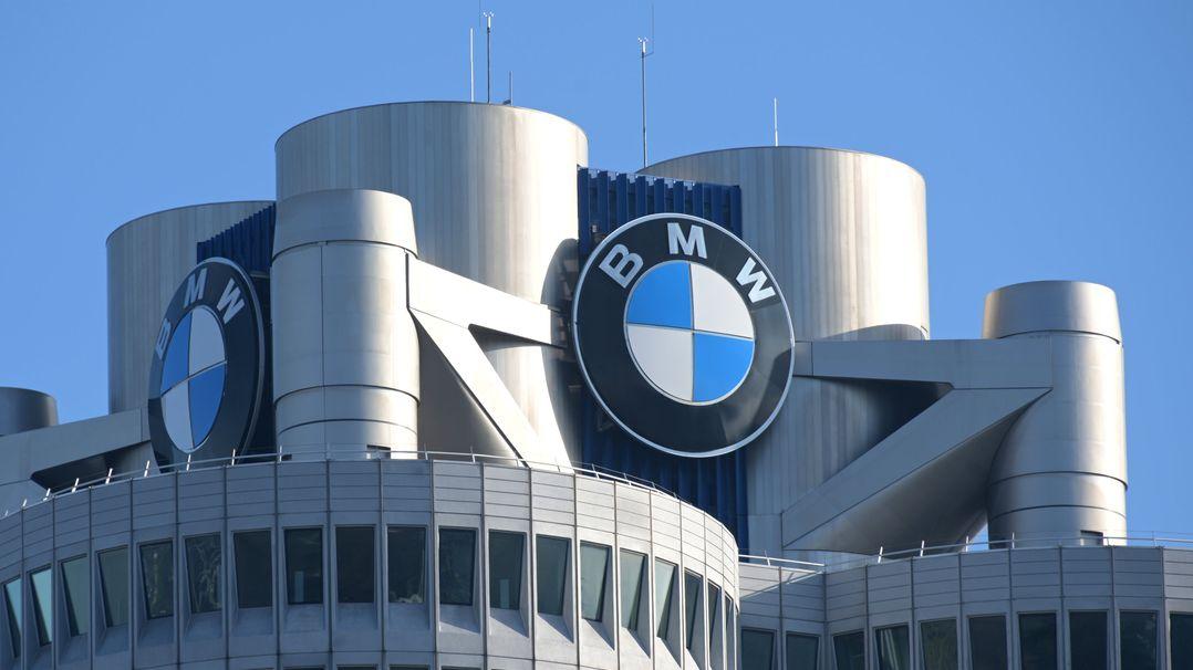 Das BMW-Logo auf dem Firmensitz des Automobilherstellers.